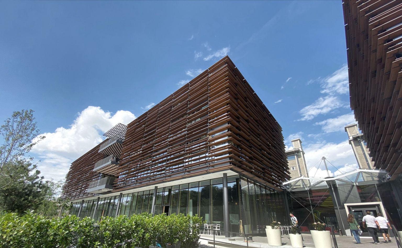 Red Bull Media House kauft Tribüne 3 des Viertel Zwei